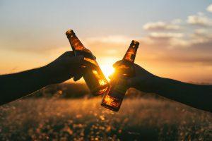 Bebida alcoólica e adolescente: começa cedo e meninas consomem mais!