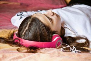 Fones de ouvido e adolescentes: Alerta sobre a utilização!
