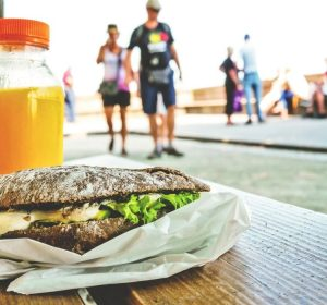 Manter uma alimentação balanceada não significa eliminar determinados alimentos da dieta