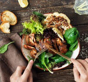 Mantenha uma alimentação regular, comendo lanches saudáveis sempre que necessário